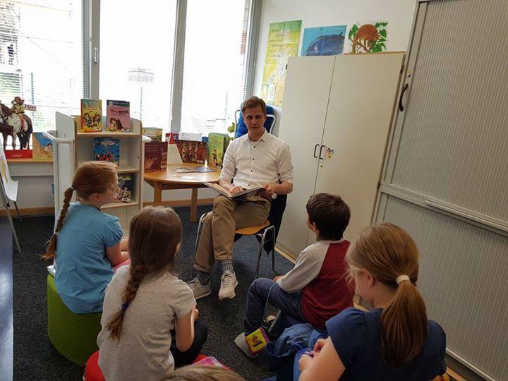 In der Waldgrundschule Hohen Neuendorf ist jeden Donnerstag Vorlesetag mit einem…