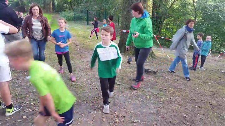 Impressionen vom Crosslauf: Start und Zieleinlauf der 4. Klassen