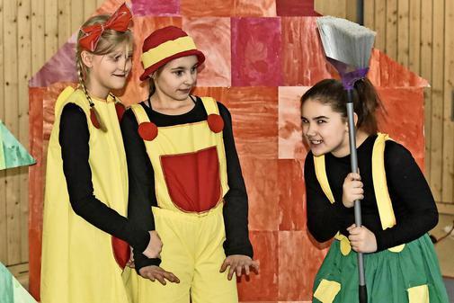 Kinder führen Märchenoper auf