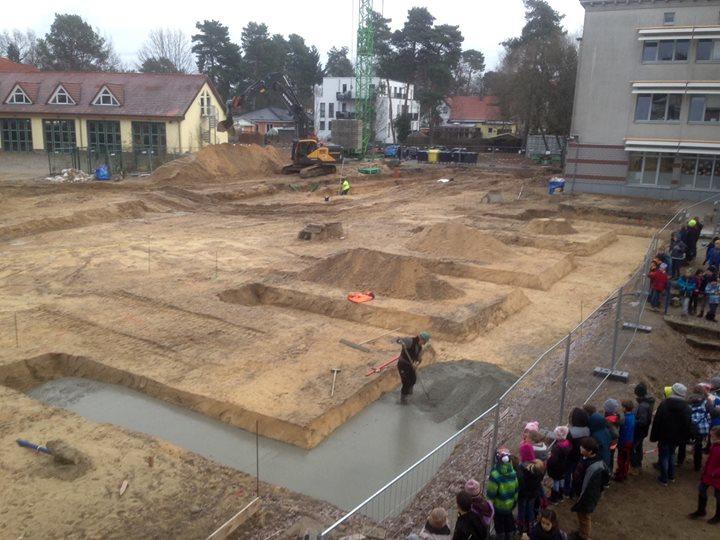 Der erste Beton! Und weiter geht es mit unserem Anbau: Heute wurde damit begonne…