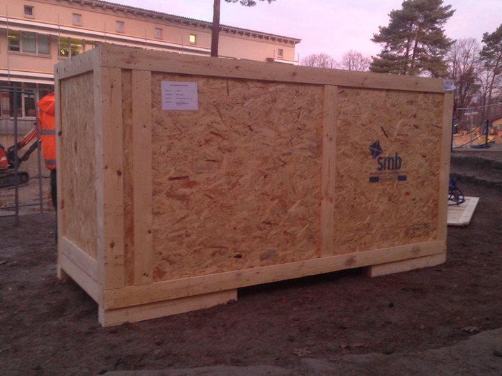 Nanu?  Eine Kiste auf dem Schulhof?