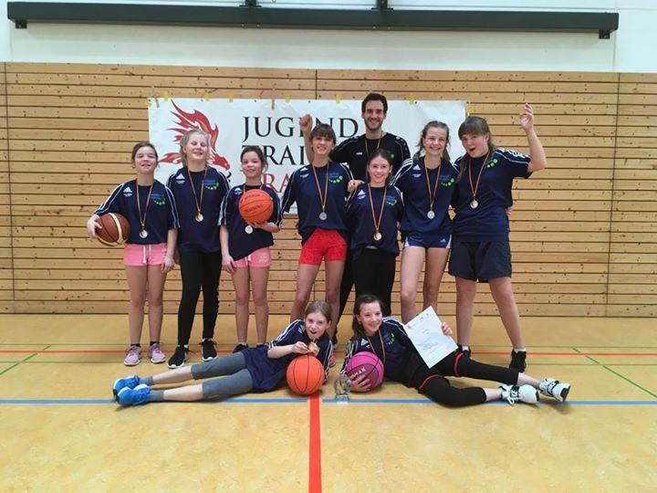 Sensationeller Überraschungserfolg unserer Mädchen im Basketball  Bei ihrem erst…