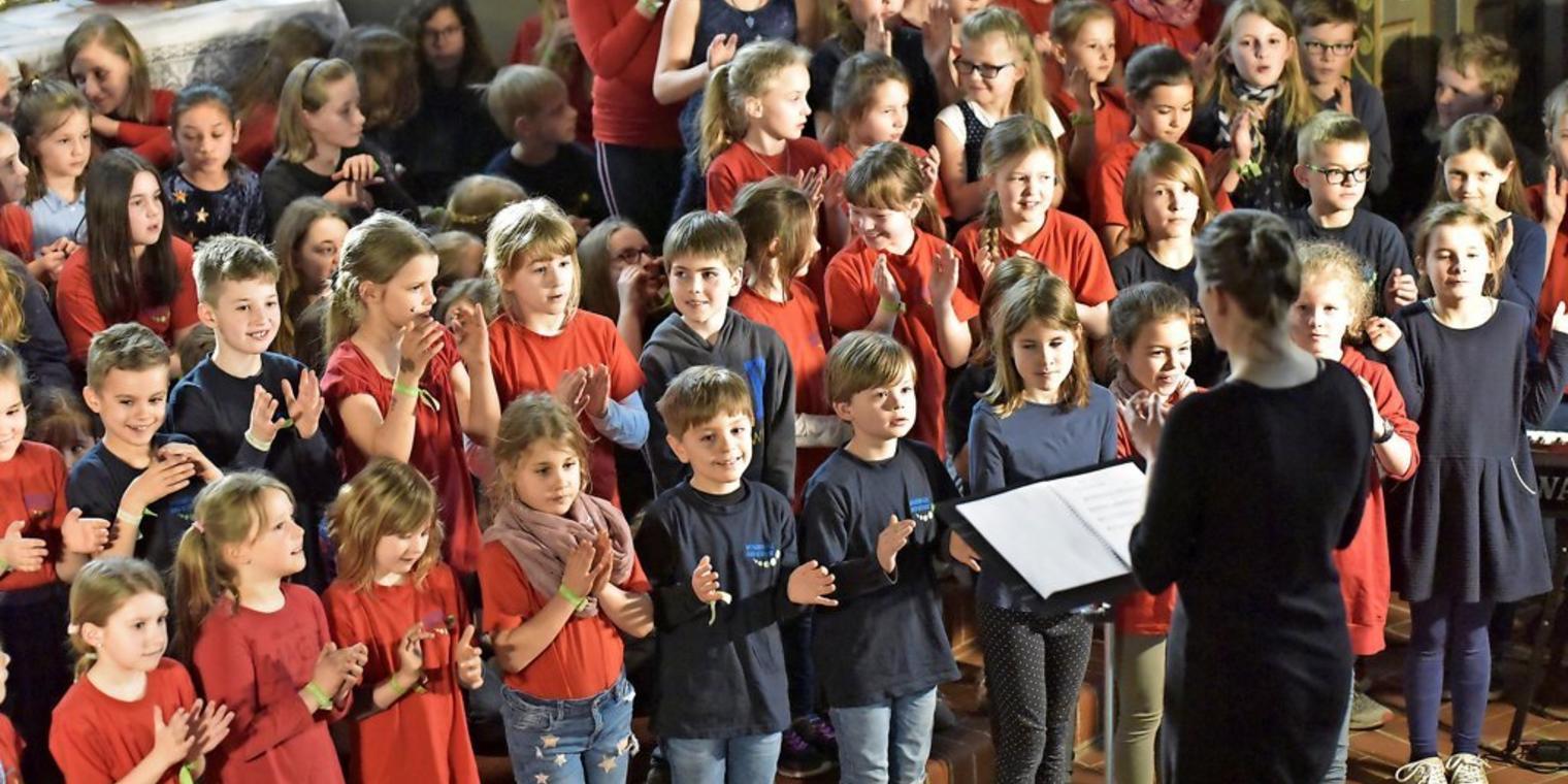 Waldgrundschule: 120 kleine Chorsänger begeistern mit Hit von Mark Forster