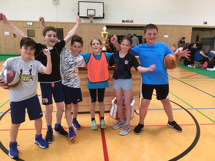 Erfolg in der ALBA- Grundschulliga Basketball  Heute belegten unsere Basketballe…